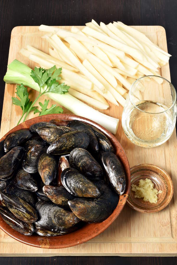 Moules Frites – Belgian Mussels with French Fries (Oven Fries) | WednesdayNightCafe.com